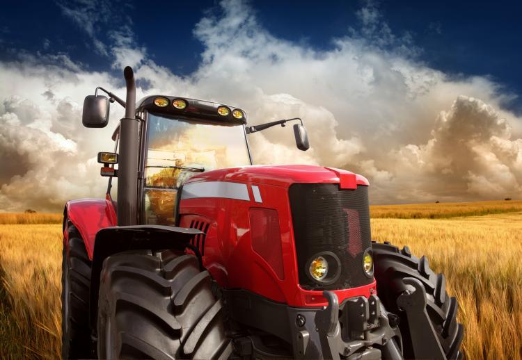 Roter Traktor auf dem Feld